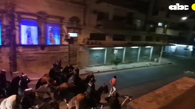 Cristian Servín, víctima de abuso por parte de Policías siendo obligado a correr al ritmo de los caballos.