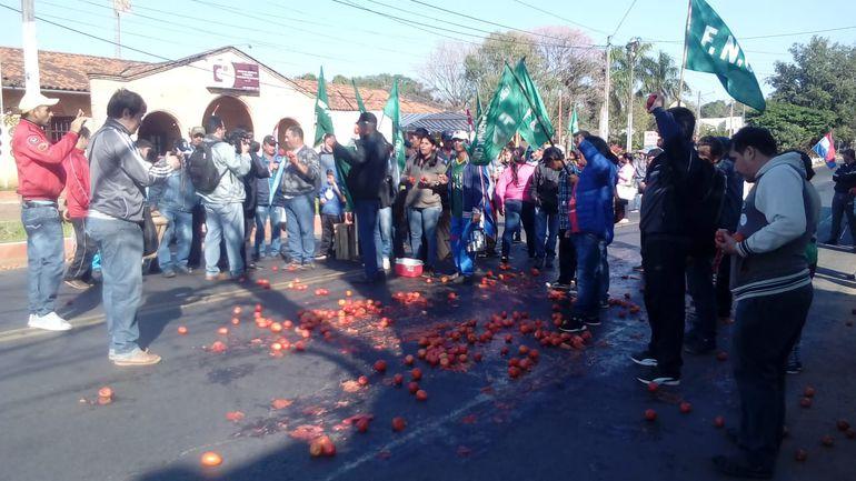 Productores de tomates durante una manifestación.