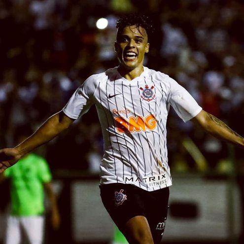 Hugo Sandoval festejando su gol.