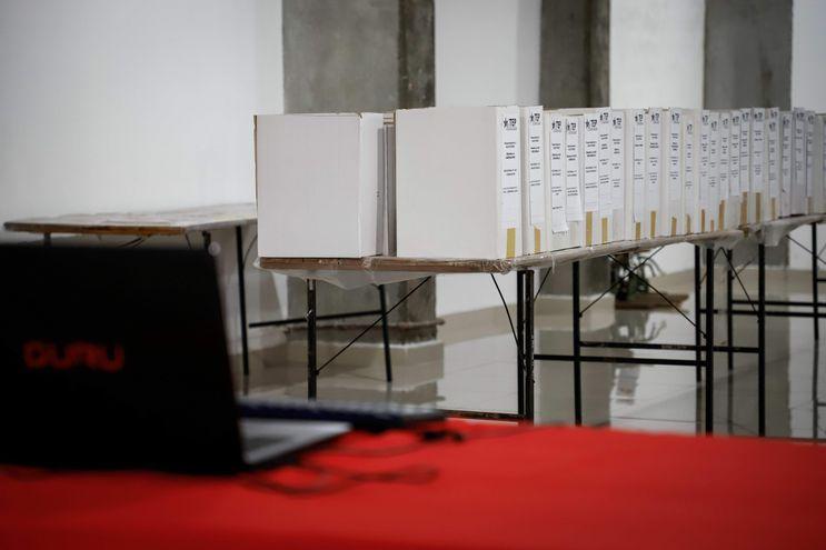 La compra de votos en las elecciones que se hacen en nuestro país — una cuestión frecuente y cultural — es difícil de probar para que sea un hecho castigado, dijo hoy Carlos María Ljubetic, director de Procesos Electorales del Tribunal Superior de Justicia Electoral (TSJE).