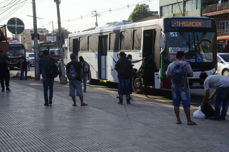 Centenares de pasajeros colman las paradas a lo largo de las rutas y avenidas en diferentes puntos de Central, ante la excesiva demora de los colectivos.