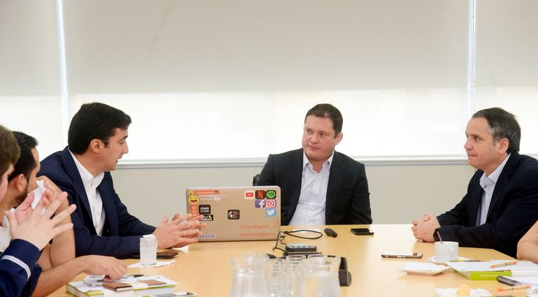 José Brítez (i), Andre Gailey (c) y Nicolás García del Río, directivos del Banco Itaú.