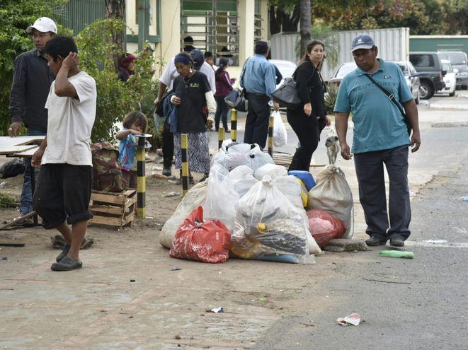 Oficiales de la Comisaría 9° Metropolitana trasladaron a los indígenas hasta el parque Caballero.