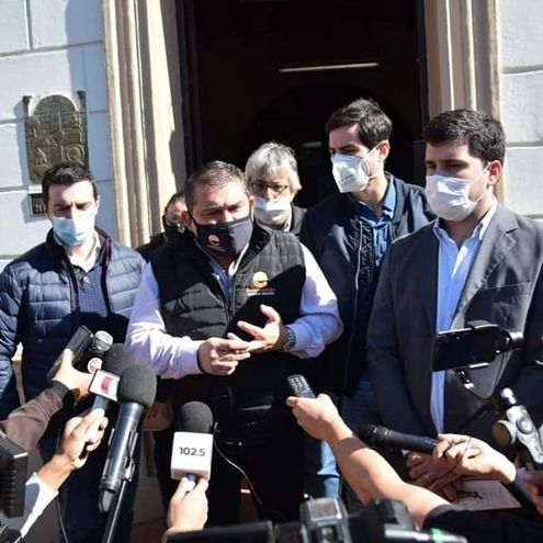 Conferencia de prensa del intedente Luis Yd, frente a la Junta Municipal, de la cual también participó el diputado Sebastián García este viernes.