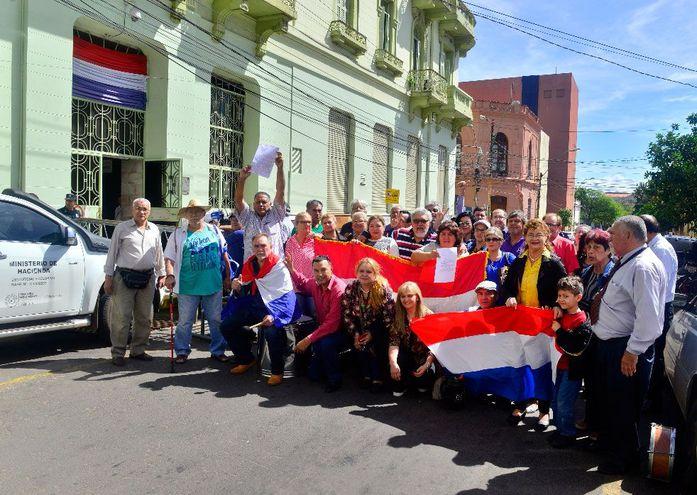 Los jubilados vienen reclamando la actualización de sus haberes desde hace tiempo, la foto corresponde a una de las manifestaciones realizadas frente al Ministerio de Hacienda.