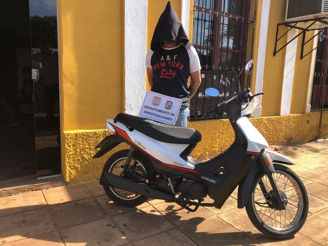 El detenido César Alberto Samudio junto a la motocicleta robada.