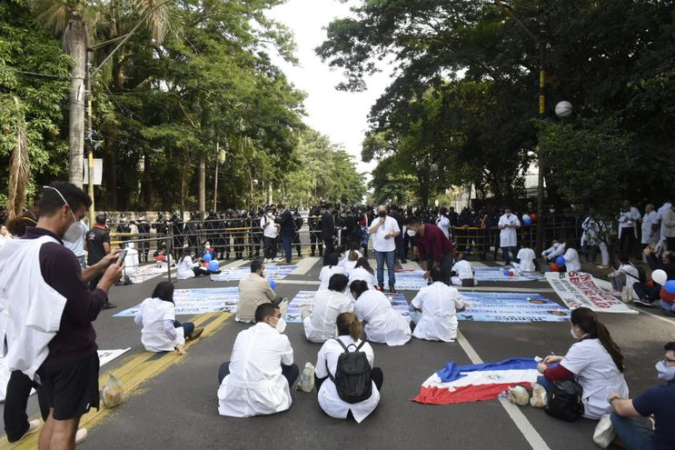 Médicos protestan en zona de Mburuvicha Róga.