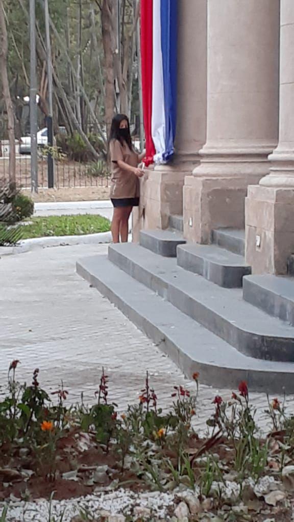 Una mujer quemó la bandera paraguaya instalada en el predio del Panteón Nacional.