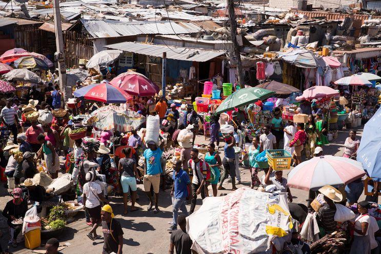 Clientes caminan entre los puestos de venta en el mercado de Pétion Ville, en Puerto Príncipe (Haití).