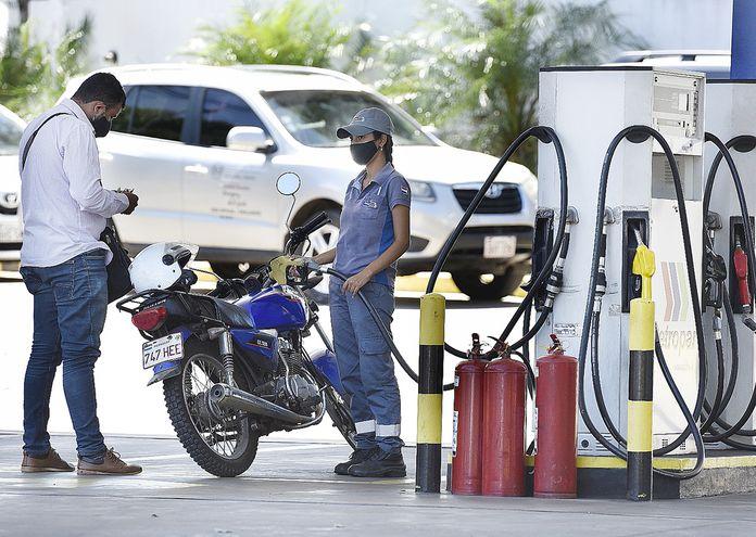 Petropar es el único emblema que no subió aún el precio de los combustibles. Cada semana analizarán la situación del stock, informaron desde la petrolera.
