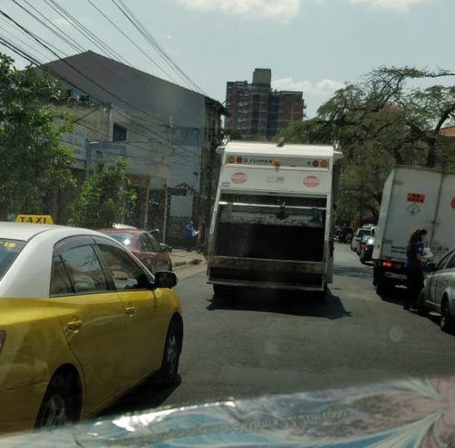 Camiones recolectores de basuras.