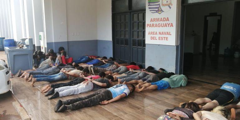 Los 35 detenidos   fueron derivados a la base naval del Este, donde fueron revisados por médicos forenses.