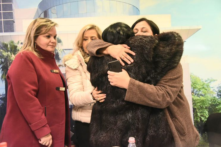 Sororidad, más allás de las diferencias políticas. Las senadoras Lilian Samaniego, Mirta Gusinky (ambas de la ANR), Esperanza Martínez (Frente Guasu) y Mónica Castañe, madre de Belén Whittingslow se abrazan en la conferencia de prensa de hoy.