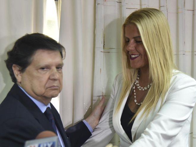María de los Ángeles Arriola, nueva titular de Migraciones siendo saludada por el ministro del Interior, Euclides Acevedo.