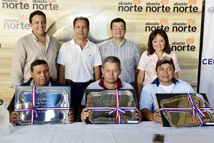 Los productores de mandioca premiados posan junto con los directivos del mercado Abasto Norte y funcionarios del Ministerio de Agricultura.