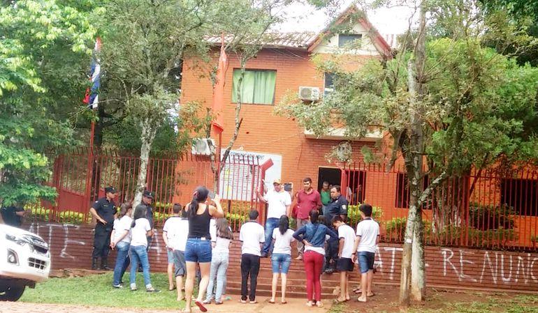 Los jóvenes frente a la sede municipal de Mayor Otaño. Luego ingresaron hasta el edificio.