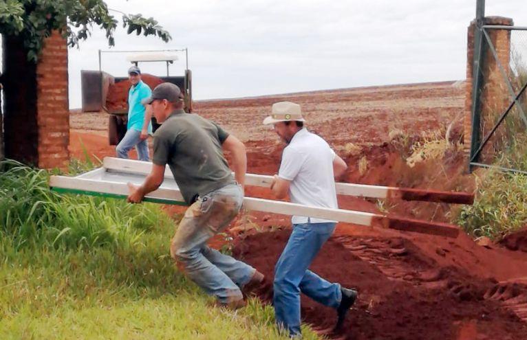 Los colonos brasileños tumbaron carteles que pertenecen a la firma propietaria. La insólita orden judicial se justifica en el hecho de que los caminos públicos se encuentran en mal estado.