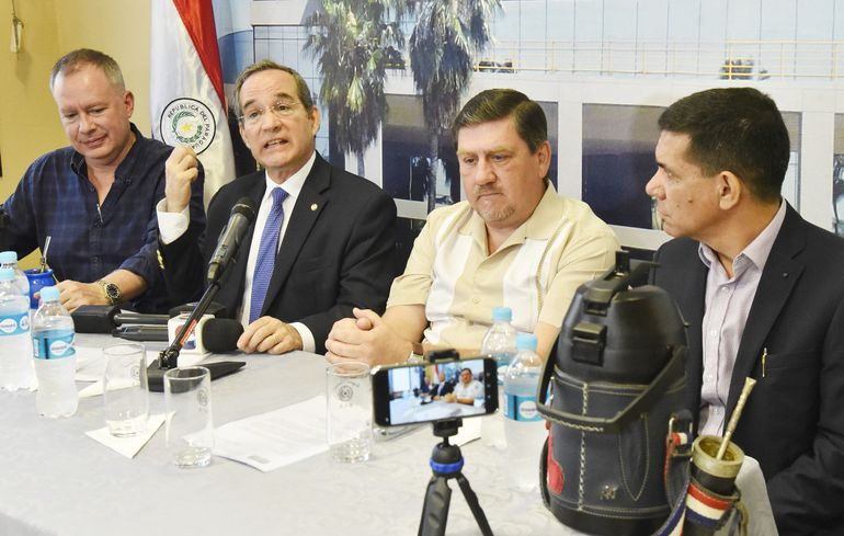 El senador Fernando Silva Facetti (i); Martín Burt, de la Fundación Paraguay, y el presidente del Senado, Blas Llano, en la presentación del anteproyecto que busca eliminar la pobreza en Paraguay.