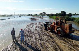 Un tramo de la ruta Alberdi, que tras las últimas lluvias y la crecida del río había  inundaba, como todos los años.