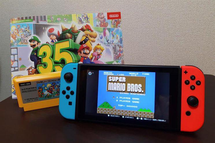 """El juego de plataformas """"Super Mario Bros."""" salió a la venta en Japón el 13 de septiembre de 1985 y desde entonces, Nintendo ha convertido al icónico plomero de gorro rojo en su emblema y construido una franquicia millonaria que aborda géneros tan dispares como las plataformas, los puzles, las carreras de coches, los deportes o los juegos de rol."""