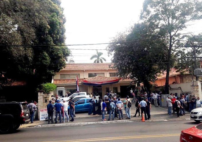 Exobreros de Acepar protestaron  ayer frente a la Procuraduría por las lentas gestiones para regularizar situación de la acería.