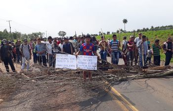 Los nativos cierran la ruta PY03 en el kilómetro 200.