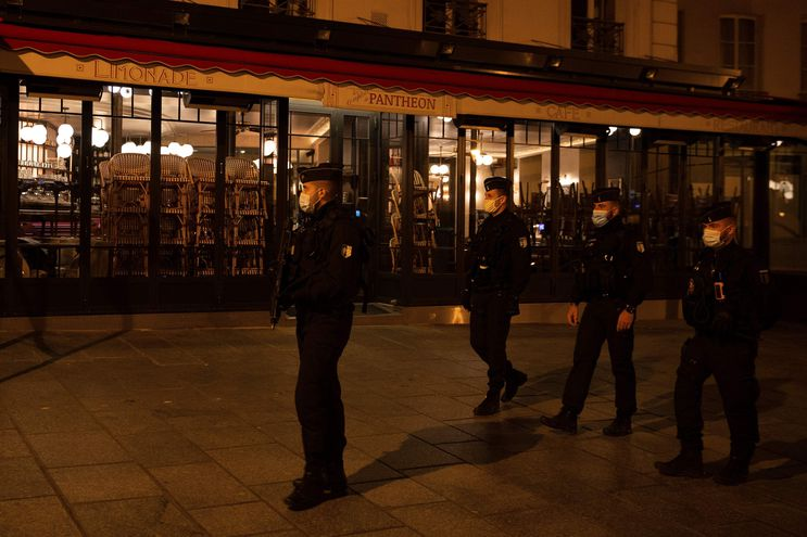 TOPSHOT - Police officers patrol, on October 17, 2020 in Paris, at the start of a curfew implemented to fight the spread of the Covid-19 pandemic caused by the novel coronavirus. - About 20 million people in the Paris region and eight other French cities were facing a 9 pm-6 am curfew from October 17, after cases surged in what has once again become one of Europe's major hotpots. (Photo by Abdulmonam EASSA / AFP)