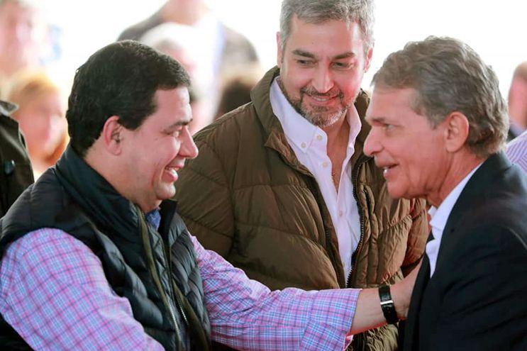 El vicepresidente Hugo Velázquez saluda efusivamente al director brasileño de Itaipú, Gral. Joaquim Silva e Luna, ante la mirada del presidente Mario Abdo Benítez. Velázquez pidió a través de su asesor jurídico NO  incluir el punto 6 en el acuerdo, y no fue incluido.