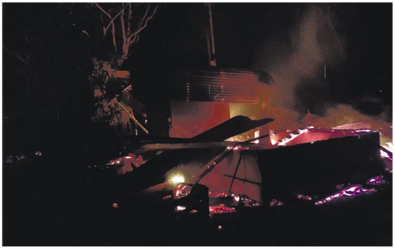 """El fuego provocado por los delincuentes destruyó la estructura del retiro de la """"Agroganadera Regina"""", en Kurusu de Hierro."""
