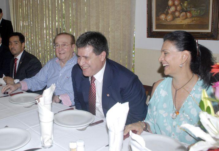 En ese entonces, el Presidente de la República Horacio Cartes asistiendo al cumpleaños de Nicolás Léoz el 10/9/2014 y se sienta entre él y su esposa, María Clemencia Pérez.