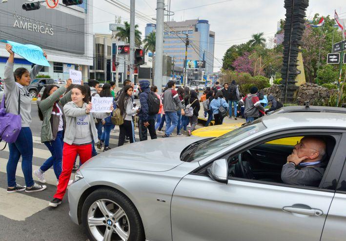 Estudiantes de la Fenaes cerraron de forma intermitente la avenida Mariscal López en su intersección con San Martín.