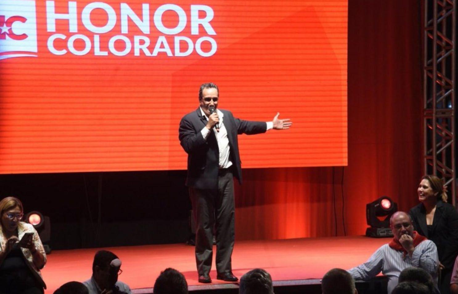 Hugo Javier animando una plenaria de Honor Colorado, sector liderado por H. Cartes. (Archivo).