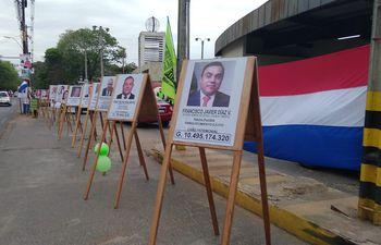 """La """"galería de los corruptos"""" fue instalada frente al Campus de la UNA."""