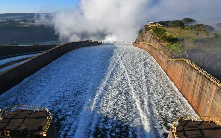 El vertedero de Itaipú lanza agua del embalse del complejo  hidroeléctrico al tramo inferior del río Paraná.