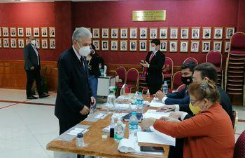 El camarista Angel Cohene en el momento de votar.