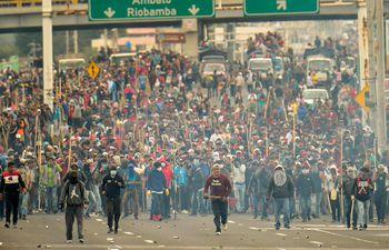 Indígenas y campesinos bloquean un camino mientras protestan contra las políticas económicas del gobierno del presidente ecuatoriano Lenin Moreno con respecto al acuerdo firmado en marzo con el Fondo Monetario Internacional (FMI) en Machachi, provincia de Pichincha, en las afueras de Quito.