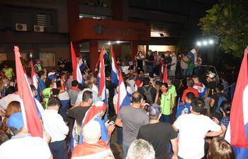 Simpatizantes de varios partidos de la oposición y ciudadanos autoconvocados participaron de la manifestación frente a la Fiscalía.