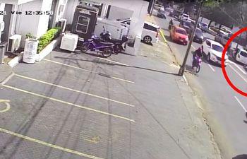 Los G. 1.083 millones fueron robados en 45 segundos frente  a esta cámara de la Policía, que sin embargo no funciona.