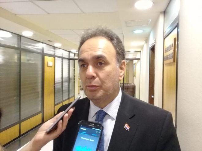 El senador colorado Juan Darío Monges durante la entrevista que brindó a los medios de prensa este lunes.