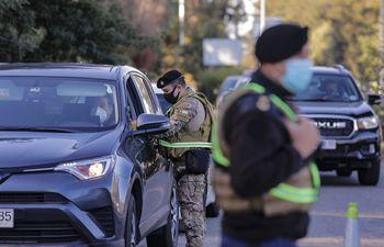 Efectivos militares controlan la circulación de vehículos durante la cuarentena en Valparaíso, Chile, el pasado martes.