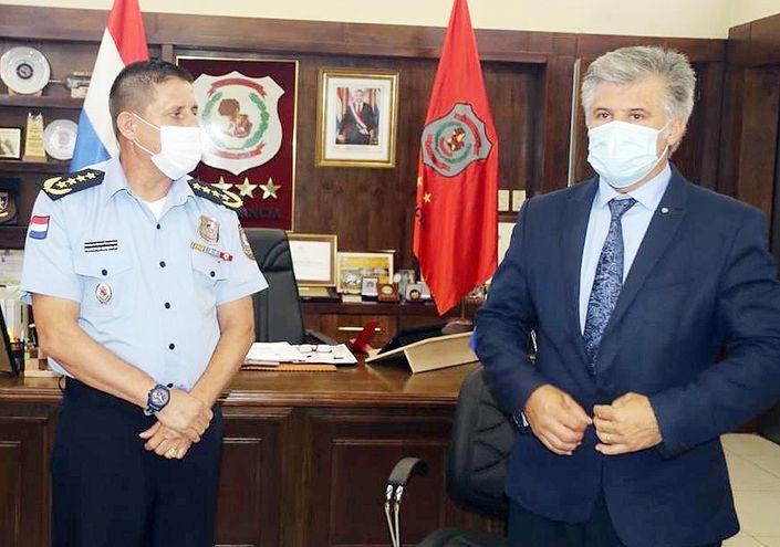 Francisco Resquín y Arnaldo Giuzzio, ayer en la Comandancia de la Policía Nacional.