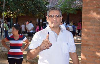 El gobernador Juan Carlos Vera Báez, de profesión médico neurólogo.