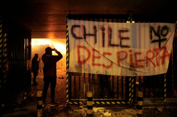 Estación de metro incendiada por manifestantes en Chile.