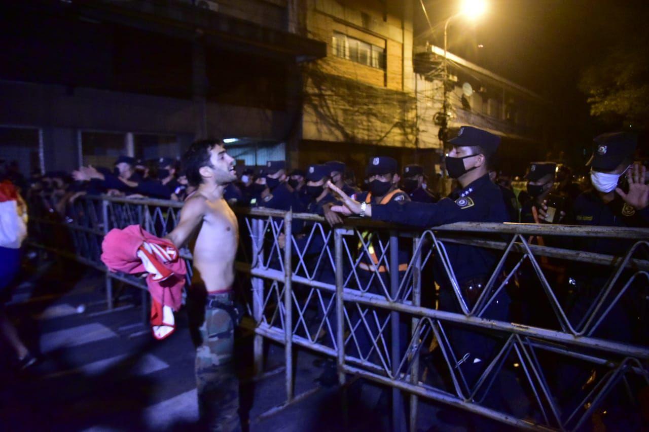 Uno de los manifestantes reclama por la presencia de Casco Azules, sin embargo fue apartado por los propios manifestantes.