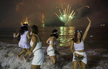 La tradicional fiesta a orillas del mal y con multitud de participantes tendrá que repensarse ante la pandemia.