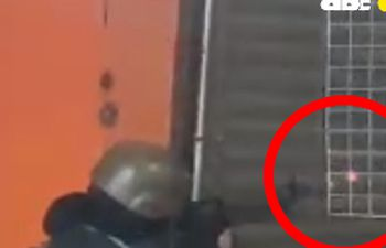 Momento en que el militar presuntamente dispara contra manifestantes.