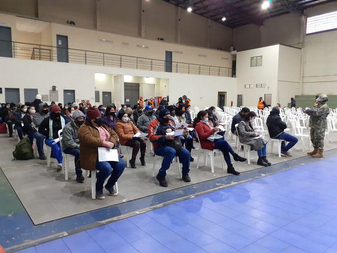 Alrededor de 60 personas aguardando por ser vacunados contra el COVID-19, en el vacunatorio de la SND.