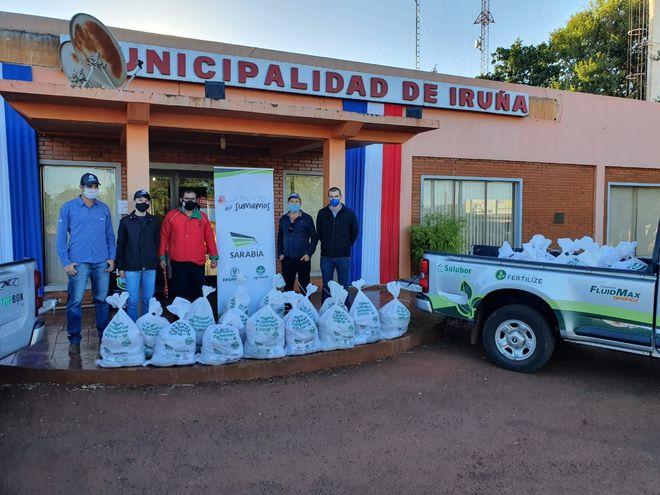 """Entrega de los kits de alimentos de la campaña """"Juntos sumamos"""" a la Municipalidad de Iruña mediante colaboradores del Silo Iruña de Agrofértil."""