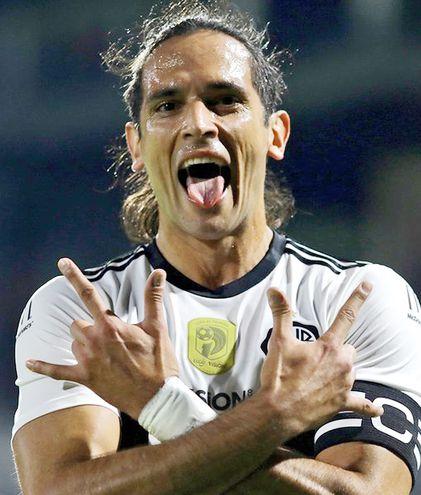 Roque Luis Santa Cruz Cantero (38 años, 11 meses y 17 días), con 139 partidos y 62 goles en Olimpia.