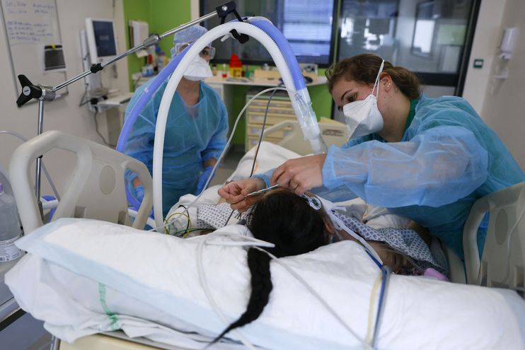 Profesionales de enfermería atienden a una paciente con coronavirus internada en una unidad de terapia intensiva.